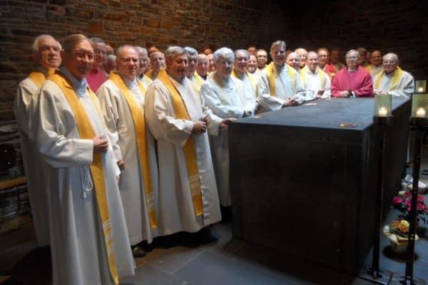 2017_Gebet am Grab von Pater Kentenich auf Berg Schönstatt am Ende der Verbandserezitien_2k