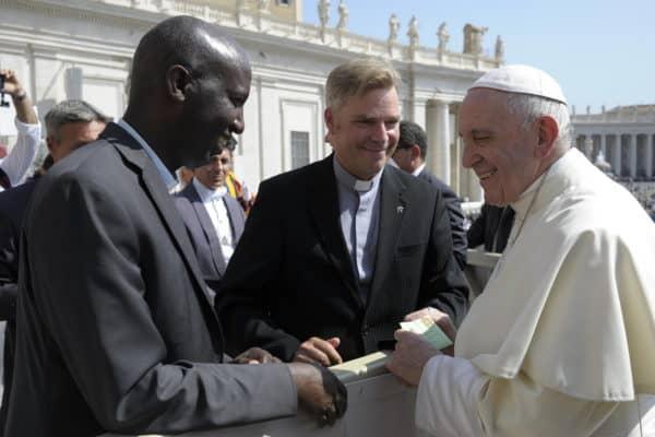 der Generalrektor stellt den Erzieher des Ewigtertiatskurses aus Burundi Papst Franziskus vor, Foto L'Osservatore Romano 2018